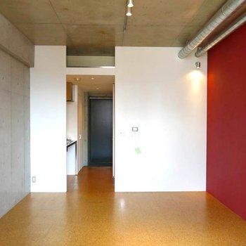 渋めの赤がいいですね!※写真は7階の反転間取り別部屋のものです