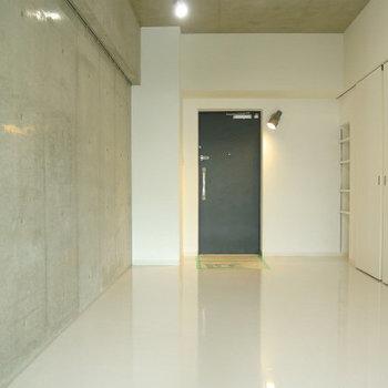 ホワイトタイルにコンクリの組み合わせ。※写真は12階の同間取り別部屋