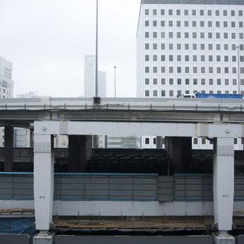 目の前は高速道路。。。※写真は12階の同間取り別部屋