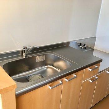きれいで使いやすそうなキッチン。※写真は3階の同間取り別部屋のものです