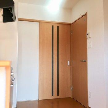 後ろのスペースに余裕があるからのびのび調理できそうです。※写真は3階の同間取り別部屋のものです