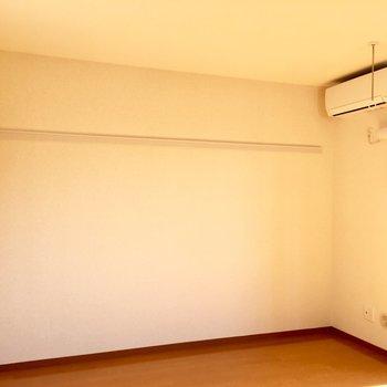 ハンガーが掛けれるこちら側にベッドですね。※写真は3階の同間取り別部屋のものです
