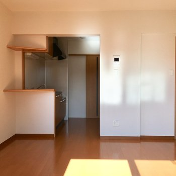 お部屋とキッチンはゆるやかに区切られています。※写真は3階の同間取り別部屋のものです