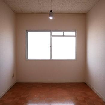 玄関近くの6帖の洋室。床の市松模様が書斎っぽい(※写真は前回募集時のものです)