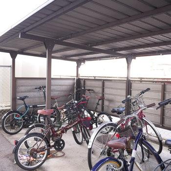 駐輪場は屋根付きで濡れません