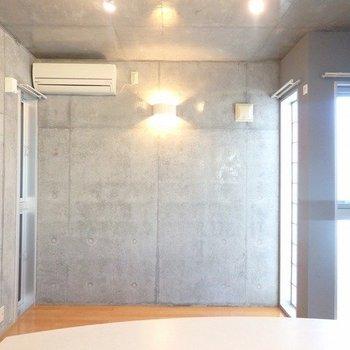 窓がたくさんあるのですが、小さめなんです。 ※写真は1階の同間取り別部屋のものです。