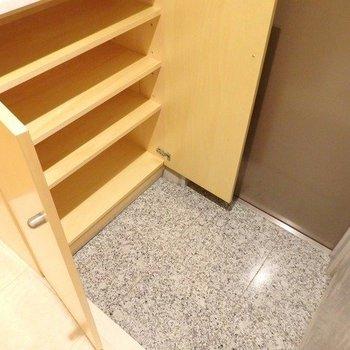 玄関にもシューズボックスがしっかり。 ※写真は1階の同間取り別部屋のものです。