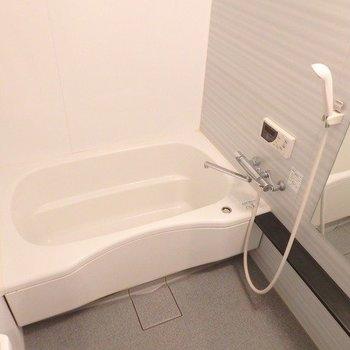 お風呂はなかなかゴージャス! ※写真は1階の同間取り別部屋のものです。