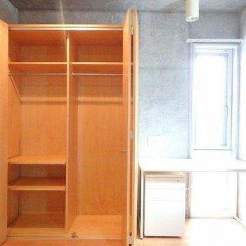 もうひとつのお部屋はデスクがあります。 ※写真は1階の同間取り別部屋のものです。