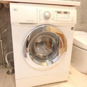 トイレ、洗面台、洗濯機が同室。ドラム式ついてます。 ※写真は1階の同間取り別部屋のものです。