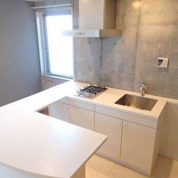 キッチンは大充実。 ※写真は1階の同間取り別部屋のものです。