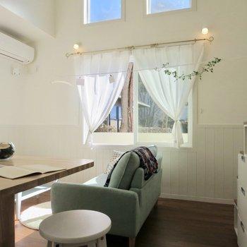 カーテンレールがかわいい!※写真の家具はサンプルです