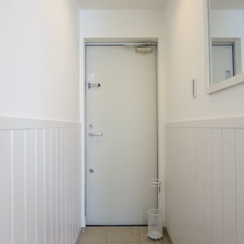 玄関まわりも明るいです、鏡があるのが助かる〜!※写真の家具はサンプルです