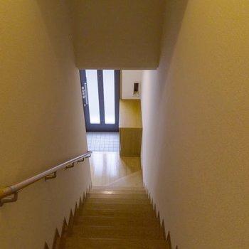 【2階階段】それでは最後に、玄関を見てみましょう。