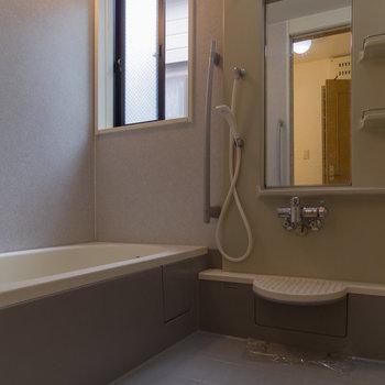 【1階】お風呂場も広い。そしてここにも窓が!