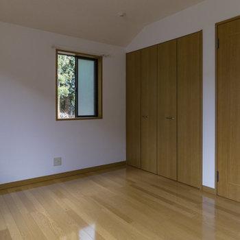 【2階洋室】二面採光なので、電気が無くてもこの明るさ。