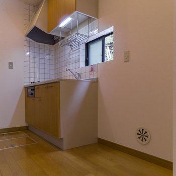 【1階】キッチン周りはゆったり。冷蔵庫と食器棚を置く余裕があります。