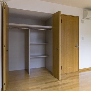 【2階洋室】季節外れの服や家電をまとめて整理できそうです。