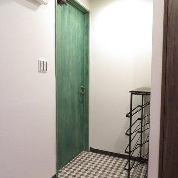 緑色のかわいい玄関扉