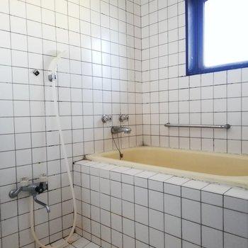 小窓付きのバスルーム※写真はクリーニング前・通電前のものです