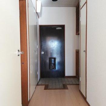 玄関はけっこうフラット※写真はクリーニング前・通電前のものです