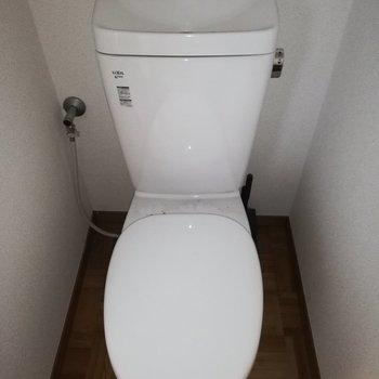 サニタリーの奥にトイレがあります※写真はクリーニング前・通電前のものです
