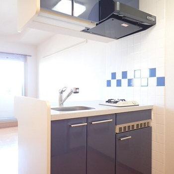 ブルーのキッチンステキです。※写真は別部屋