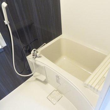 お風呂の色も濃紺で落ち着く