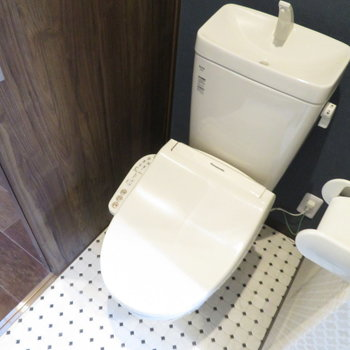もちろん温水洗浄便座付きのトイレです