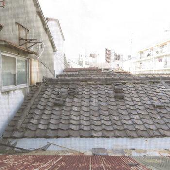 窓からはお隣さんの屋根が