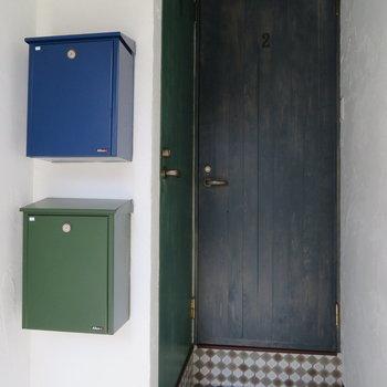 緑色のポストが玄関扉とマッチ