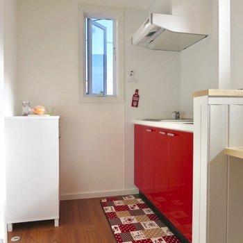 赤がアクセントのかわいいキッチン※写真は1階の反転間取り別部屋のお部屋です
