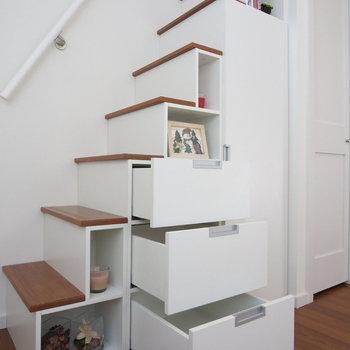 階段下に収納がいっぱい◎※写真は1階の反転間取り別部屋のお部屋です