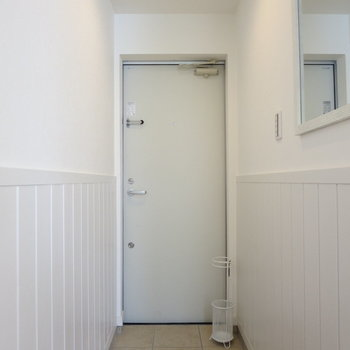玄関まわりも明るいです、鏡があるのが助かる〜!※写真は1階の反転間取り別部屋のお部屋です