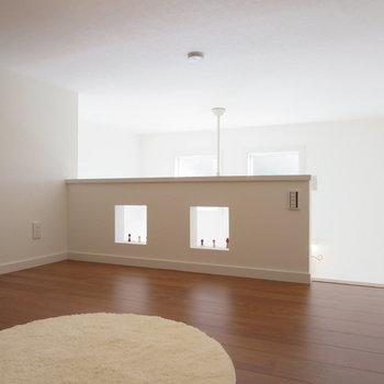 小窓がステキです※写真は1階の反転間取り別部屋のお部屋です