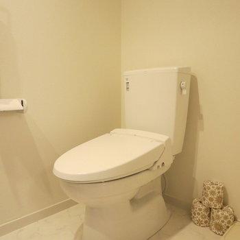 温水洗浄便座です、うれしい!※写真は1階の反転間取り別部屋のお部屋です