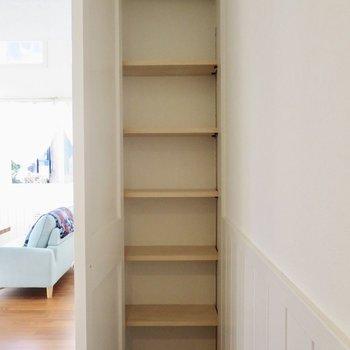シューズボックスは小さめです※写真は1階の反転間取り別部屋のお部屋です