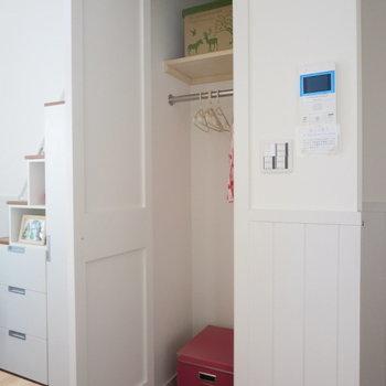 コートなどはここに収納できますね※写真は1階の反転間取り別部屋のお部屋です