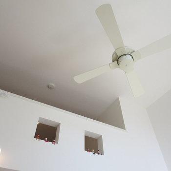 シーリングファンがついていて、吹き抜けの感じがステキ※写真は1階の反転間取り別部屋のお部屋です