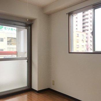 こちら側にも窓があるので、風通しがいいんです。(※写真は3階の同間取り別部屋のものです)