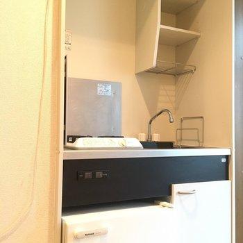 キッチンには、棚もついていますよ。(※写真は3階の同間取り別部屋のものです)