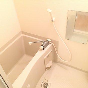 コンパクトなお風呂。。※写真は4階の同間取り別部屋のものです