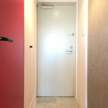 玄関もタイトに。※写真は4階の同間取り別部屋のものです