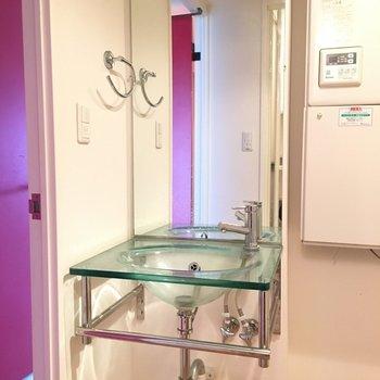 スケルトンな洗面台。※写真は4階の同間取り別部屋のものです