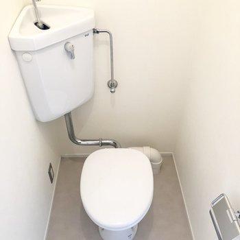 トイレは個室でキレイですよ。