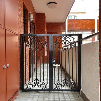 お部屋の前には門があります