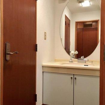 洗面台とトイレは玄関横に