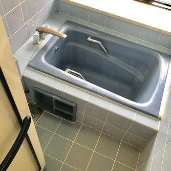 ブルーのレトロな浴槽