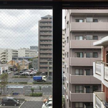 【洋室②】こちらからは大通りが見えます
