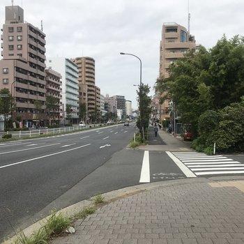 駅までは大通りをまっすぐ
